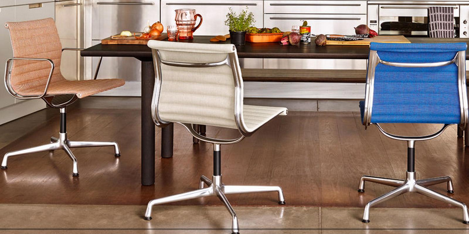 Miljøbilde av EA 104 Aluminium chair – spisestuestol
