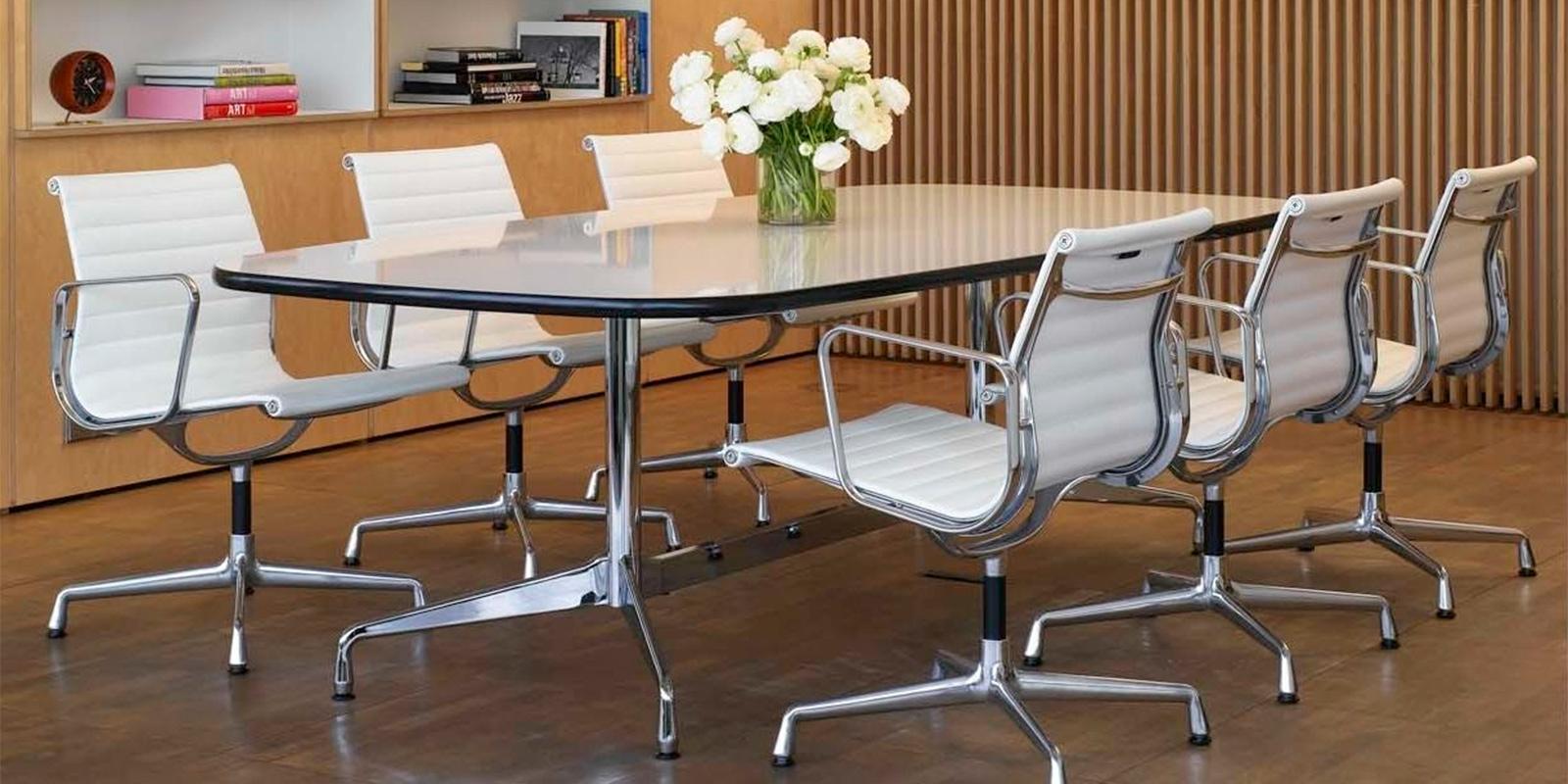 Miljøbilde av EA 108 Aluminium chair – konferansestol